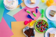 Kaka godis, choklad, visslingar, banderoller, ballonger, fruktsaft på ferietabellen Royaltyfria Foton
