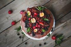 Kaka med bär på träbakgrund Arkivfoton