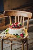 Kaka med bär på träbakgrund Royaltyfri Bild