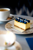 Kaka med blåbär på en tappningplatta Royaltyfri Foto