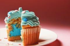 Kaka med blåttkräm inom Royaltyfria Foton