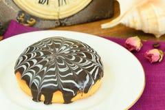 Kaka med choklad på en platta Arkivbilder