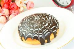 Kaka med choklad på en platta Royaltyfri Foto
