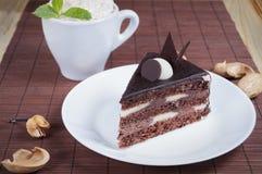 Kaka med choklad på tabellen Royaltyfria Bilder