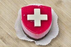 Kaka med den Suisse flaggan royaltyfri bild