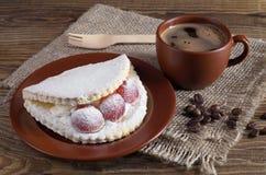 Kaka med druvan och kaffe Royaltyfri Bild