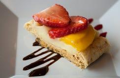 Kaka med jordgubbar Fotografering för Bildbyråer