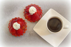 Kaka med jordgubbar och en kopp kaffe Royaltyfri Fotografi