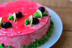 kaka med jordgubbar och kräm fotografering för bildbyråer