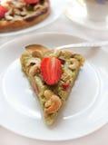 kaka med jordgubbar, rabarber och kasjuer Royaltyfri Foto