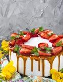 Kaka med jordgubben, mintkaramellen och karamell Royaltyfri Bild