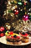 Kaka med julträdet i bakgrund Royaltyfria Foton