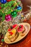 Kaka med julträdet i bakgrund Arkivbild