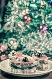Kaka med julträdet i bakgrund Arkivbilder