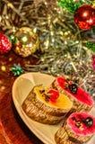 Kaka med julträdet i bakgrund Royaltyfri Foto