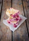 kaka med keso och körsbäret Royaltyfri Bild