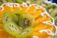 Kaka med kiwi- och apelsinskivor Arkivbilder