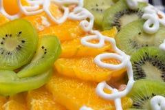 Kaka med kiwi- och apelsinskivor Arkivbild