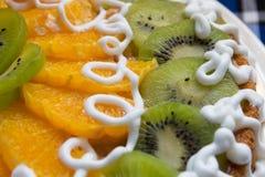 Kaka med kiwi- och apelsinskivor Arkivfoton