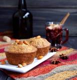 Kaka med koppen av varmt funderat vin arkivbilder