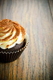 Kaka med kräm, muffin på träig Royaltyfri Fotografi