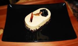 Kaka med ljusbrun anstrykning, på suddig bakgrund Royaltyfria Bilder