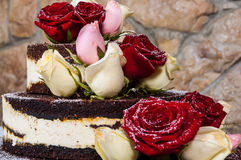 Kaka med naturliga blommor Royaltyfri Fotografi