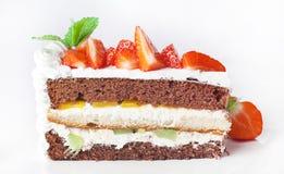 Kaka med piskad kräm och bärfrukt Royaltyfria Foton