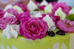 Kaka med rosfödelsedag Royaltyfri Fotografi