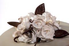 Kaka med rosor arkivbild