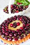 Kaka med söta körsbär och vaniljsås. Royaltyfri Fotografi