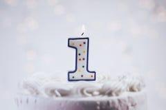 Kaka med stearinljus för den 1st födelsedagen Royaltyfri Fotografi