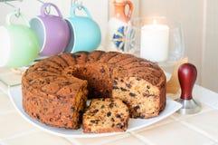 Kaka med torkade frukter och muttrar, koppar för te, humör royaltyfri fotografi