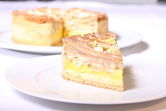 Kaka med vaniljkräm och mandlar Arkivfoton