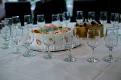 Kaka med vinexponeringsglas Arkivfoton