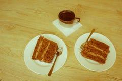 Kaka och kaffe på tabellen Arkivbild