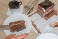 Kaka och kaffe på tabellen Arkivfoton