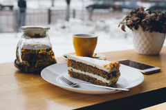 Kaka och te på tabellen Royaltyfria Foton