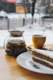 Kaka och te på tabellen Royaltyfri Bild
