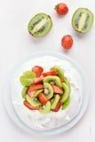 Kaka Pavlova med kiwin och jordgubben Arkivfoto