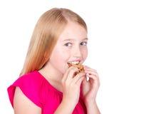 kaka som äter flickan Arkivfoton