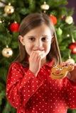 kaka som äter främre formad tre för flicka ren royaltyfria bilder