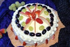 Kaka som överträffas med frukter Arkivbilder