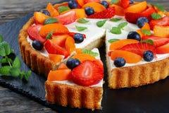 Kaka som överträffas med jordgubbar, blåbär, mintkaramell Arkivfoto