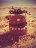 kaka som göras av sand arkivbild