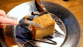 Kaka som klipps med gaffeln och kniven Royaltyfri Fotografi