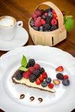 Kakaefterrätt med kaffe- och skogfrukter Royaltyfria Bilder