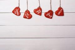 Kakahjärta som hänger på en rad inbunden vektor för valentin för daghjärtaillustration s två Fotografering för Bildbyråer