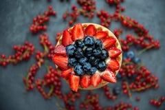 Kakakorg med jordgubbar och blåbär Kakakorg med Arkivfoto