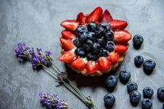 Kakakorg med jordgubbeskivor och blåbär Kakakorg Royaltyfria Bilder